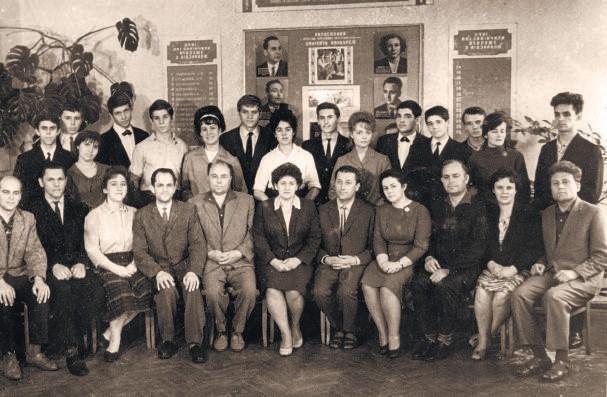 Падалко з викладачами училища та випускниками відділу народних інструпентів
